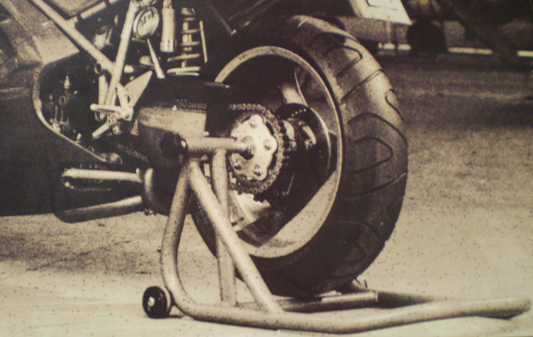 Single Sided Swing Arm – Triumph T595